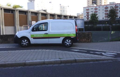 Une voiture de la CUS s'affranchit du code de la route (Photo EJ)