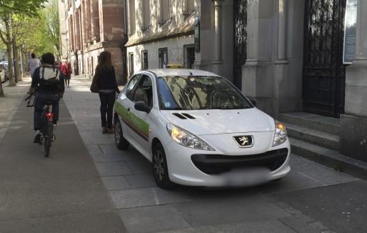 Se garer sur le trottoir est apparemment permis aux agents de la CUS (Photo EJ)