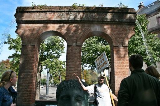 """""""Un aqueduc pour symboliser la fondation de Strasbourg par les Romains... même s'il n'y a jamais eu d'aqueduc à Strasbourg"""", s'amuse Gabriel, """"free"""" guide (Photo MM / Rue89 Strasbourg)"""