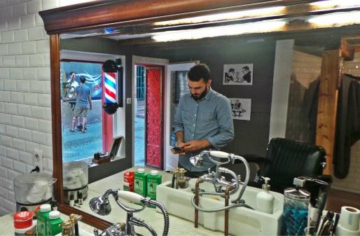 La taille du coupe-chou est l'un des rituels des barbiers. (photo JFG / Rue89 Strasbourg.com