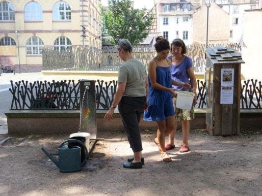 Les heures de permanence sont un moment de rencontres entre habitants du quartier. (Photo Clémence Simon/Rue89 Strasbourg)
