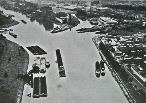 """Avant-port nord vers 1950 - on y attachait et détachait les """"trains"""" de chalands à l'entrée des bassins du Commerce et de l'Industrie (Doc. PAS)"""