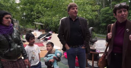 Jean-Claude Bournez (au centre) expliquant que certains Roms pouvaient être relogés, d'autres non (capture vidéo Rue89 Strasbourg)