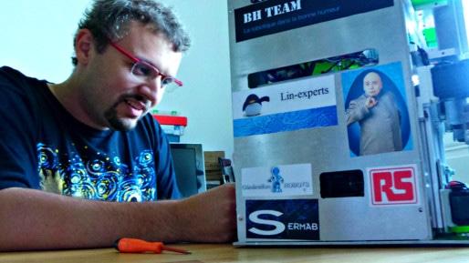 Yannick Jost, occupé à bidouiller le robot baptisé Docteur d'Enfer (Photo : OG/Rue89 Strasbourg)