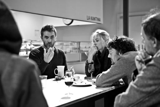 """Pascal Rambert à la table de travail avec les acteurs de """"Répétition"""" (Photo Jean-Louis Fernandez)"""