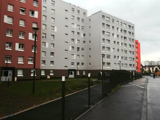 Gazon au rez de jardin, grilles sur les trottoirs, poubelles enterrées dans la maille Karine (Photo: OG/ Rue 89 Strasbourg)