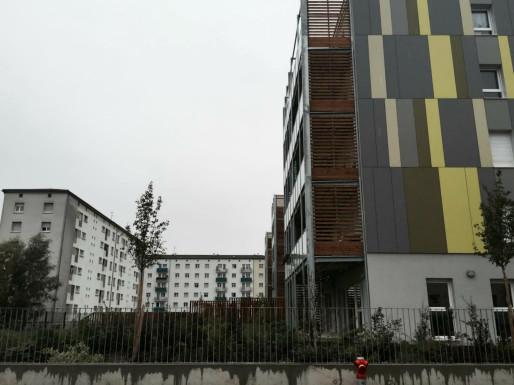 Rue Schulmeister à la Meinau, les constructions neuves jouxtent les anciens logements (Photo: OG/Rue 89 Strasbourg)