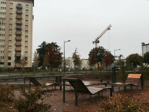 Espace dégagé, nouveau mobilier urbain, végétation maîtrisée sur la place de la Meinau (Photo: OG/Rue89 Strasbourg)