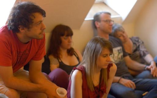Émotion pour les spectateurs d'un concert en appartement
