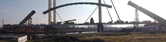 Lundi, la pièce centrale du Pont Citadelle, qui traverse le bassin Vauban, a été déposée.(Photo AF/Rue89 Strasbourg/cc)