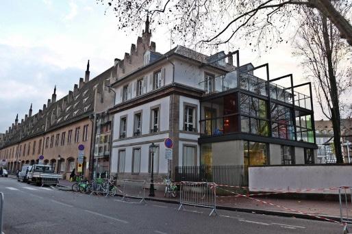 La crèche remplace l'ancienne caisse d'épargne et avant elle, les grues (Photo MM / Rue89 Strasbourg)