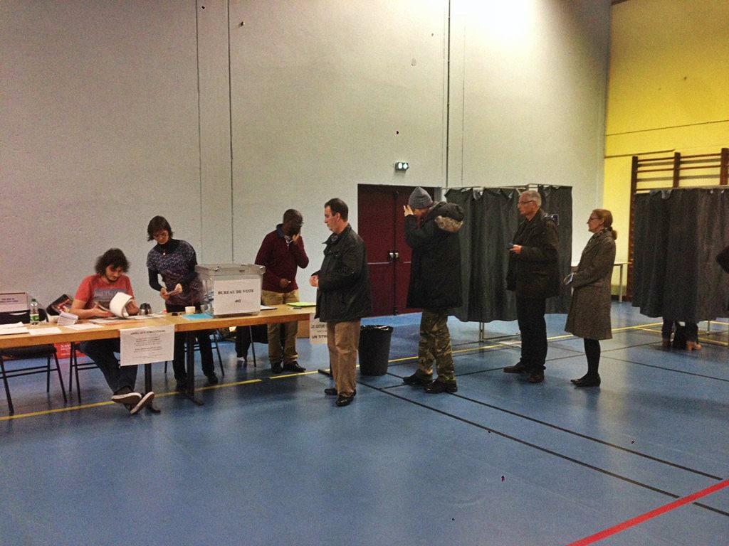 Dans Le Bureau De Vote  En Milieu Dapres Midi Photo Jfg