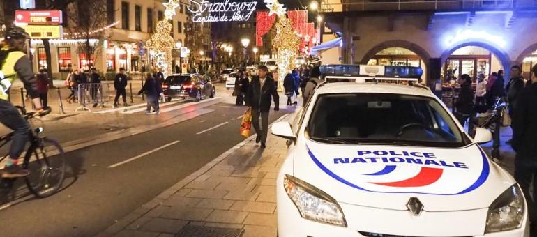 Des policiers et leurs cartons jaunes, deux pickpockets repérés dans le marché de Noël