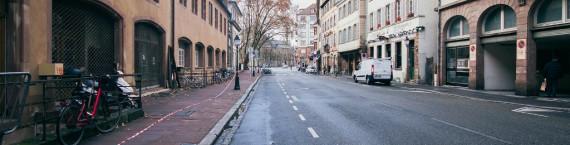 Le checkpoint installé Pont du Corbeau filtre les voitures qui peuvent se rendre sur l'ellipse, ici rue de la Douane (Photo : Mat.Pir / cc)