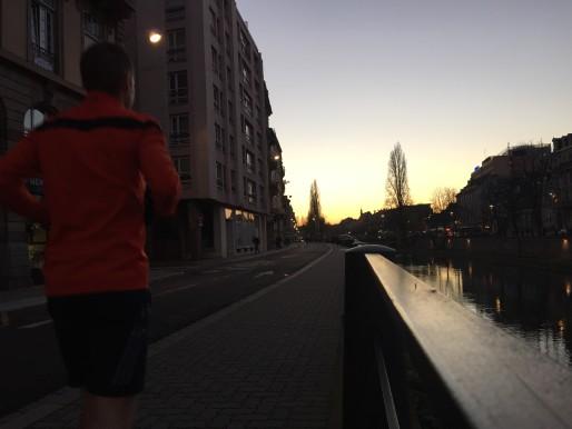Les piétons regagnent le centre ville (Photo AM / Rue89 Strasbourg)