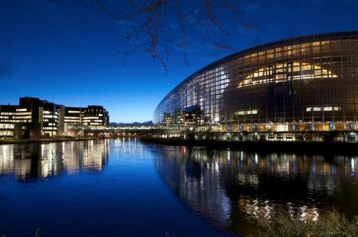 Le Parlement européen de Strasbourg, avec à gauche le bâtiment Winston Churchill construit dans les années 1980 et à droite le bâtiment Louise Weiss, construit dans les années 1990. (Photo European Union 2015 - European Parliament / cc)
