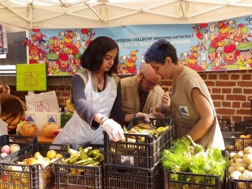 À Lille, la Tente des glaneurs distribue 700 portions d'invendus sur le marché de Wazemmes. (LaTentedesglaneursLille/Rue89Strasbourg).