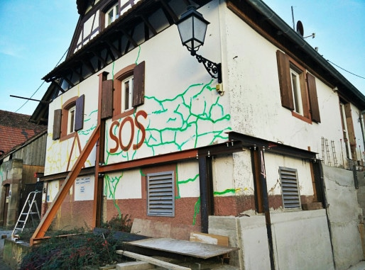 Les failles apparaissent partout sur les façades d'une trentaine de maisons à Lochwiller. (Photo Lochwiller se soulève)