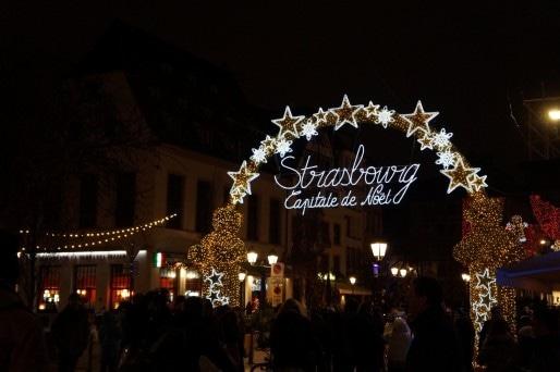 """La """"Porte de lumière"""" à l'entrée de la rue du Vieux-marché-aux-poissons est devenue le symbole du marché de Noël de Strasbourg. (Photo : Yannick Perez / Rue89 Strasbourg / cc)"""