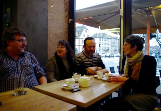 Michel, Mireille, Christian et Christine se sont rencontrés sur OVS et viennent prendre un pot au café Raven. (Photo: Anaïs Engler)