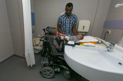 La salle de bain, de plain pied et large, avec une table à langer à hauteur réglable permet à la jeune maman de manipuler son bébé (Photo Frédéric Maigrot / doc remis)