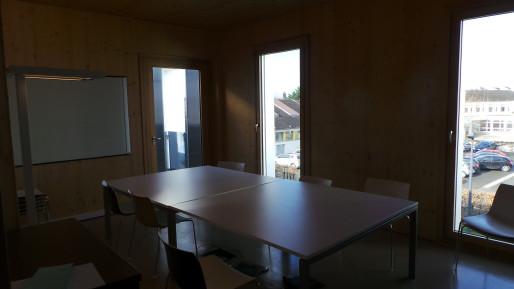 Une salle de réunion partagée, qui se transforme parfois en salle de ping pong (photo JFG / Rue89 Strasbourg)