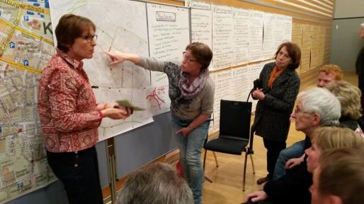 Des habitants de Kehl réfléchissent ensemble au futur réseau de bus, le 21 mars, lors d'un café citoyen. Leurs propositions seront présentées au conseil municipal en avril. (Photo CG/ Rue89 Strasbourg/ cc)