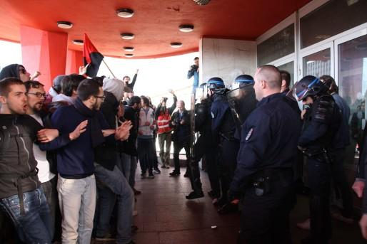 La tentative des étudiants d'entrer dans le bâtiment a provoqué une réponse énergique des policiers (Photo MCM / Rue89 Strasbourg)