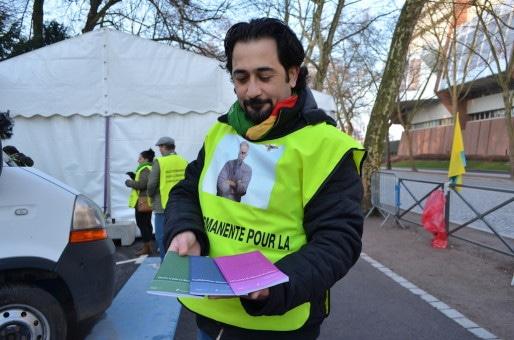 Une fois installé pour la journée, le groupe est prêt à proposer des textes d'A. Öcalan aux passants (Photo BW / Rue89 Strasbourg).