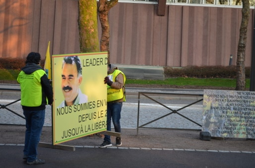 Chaque matin vers 7h30, la permanence kurde en face du Conseil de l'Europe s'anime (Photo BW / Rue89 Strasbourg).