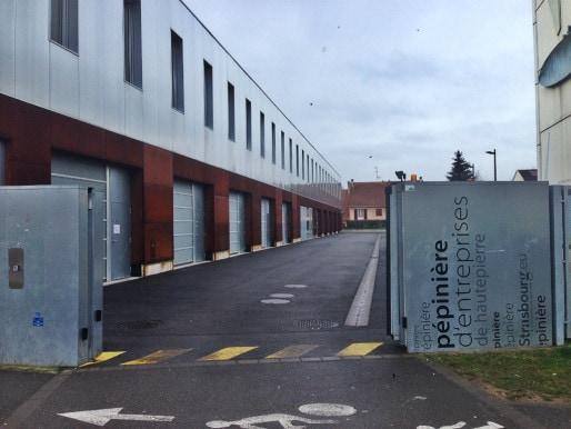 Le portail est toujours ouvert car régulièrement défoncé, mais seule une serrure forcée est à déplorer (photo JFG/Rue89 Strasbourg)