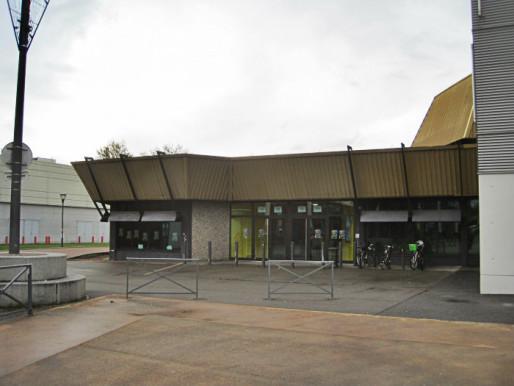 Angles vifs, plafonds bas, grilles et béton : oui, c'est bien un théâtre. (Photo Archi-Wiki / cc)