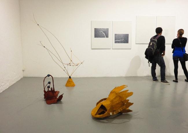 Vue de l'exposition Démâter : au sol, coiffes par L. Odelain et D. Gatinois / au mur, Horde/Barnum, composition texte et image de L. Odelain (photo CM/Rue89Strasbourg)