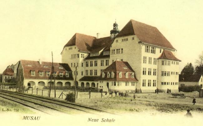 L'école de la Musau, construite en 1907, est aujourd'hui occupée par le collège Louise-Weiss - La 1ère voie ferrée Strasbourg-Kehl, correspondant à l'actuel avenue Jean-Jaurès, passait devant l'école (DR)