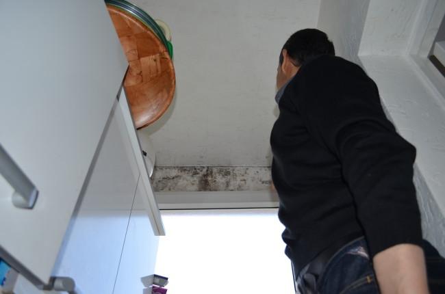 Les habitants de l'immeuble qui rencontrent des problèmes de moisissures doivent régulièrement nettoyer leurs murs (BW / Rue89 Strasbourg).