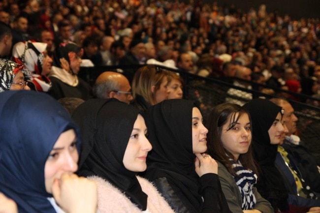 La mixité hommes-femmes était de mise dans l'enceinte du Zénith dimanche, contrairement au mois d'octobre lors de la visite du président turc Erdogan. (Photo : Aline Fontaine / Rue89 Strasbourg / cc)