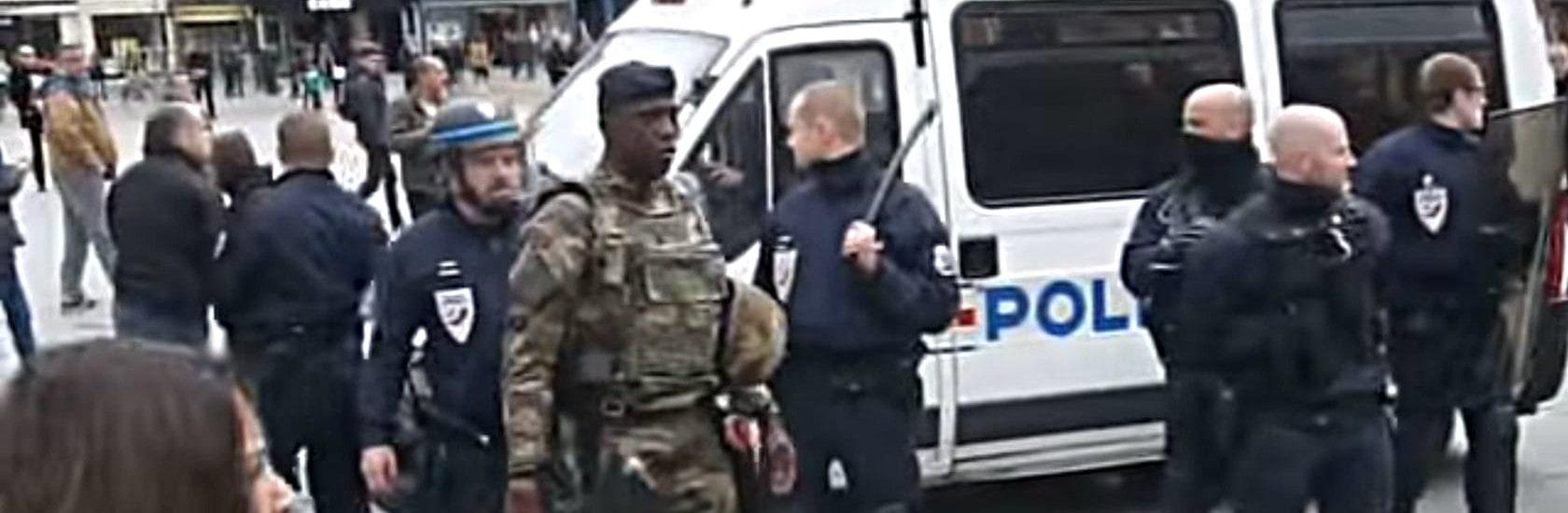 Militaires et policiers face à des manifestants place Kléber, retour en vidéos