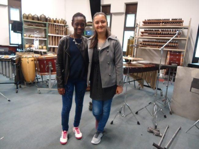 Aminat et Giveline, de la classe 5ème B du Collège Erasme, se produisent mercredi 25 mai pour le concert Percustra (Photo MB / Rue89 Strasbourg)