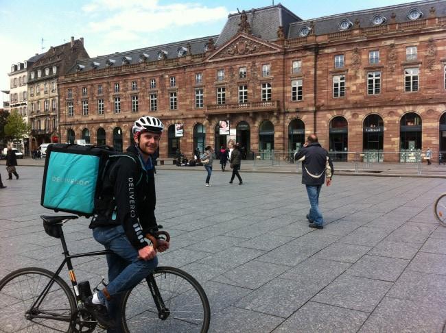 Jean-Pierre Odile, ambassadeur Deliveroo, sur son fixie place Kléber (Photo LL / Rue 89 Strasbourg)