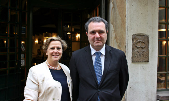 """Jean-Emmanuel Robert et sa suppléante Maritchu Rall, investis par Les Républicains du Bas-Rhin : """"Cette élection est gagnable"""" (photo JFG / Rue89 Strasbourg)"""