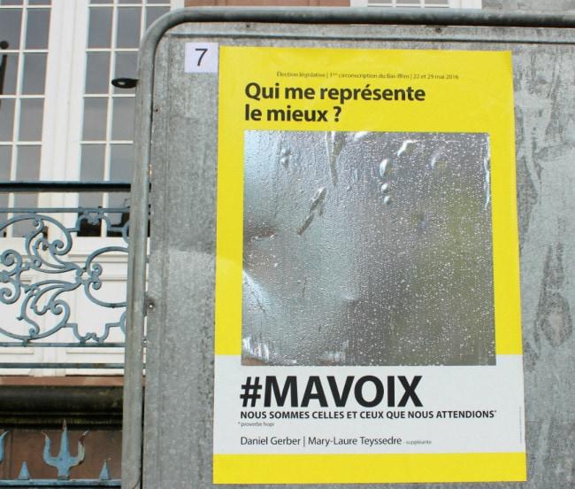 Une affiche Ma Voix devant l'hôtel de ville. Un peu haute pour se voir dans le reflet (photo JFG / Rue89 Strasbourg)