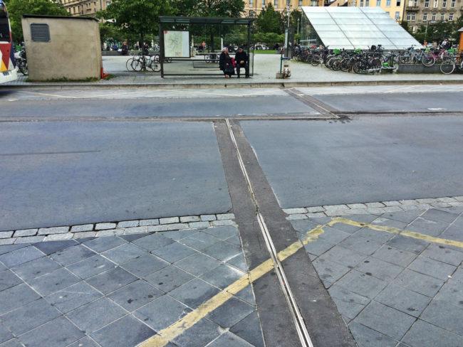 Les joints entre les 5 dalles de la place sont visibles depuis l'extérieur (photo JFG / Rue89 Strasbourg)
