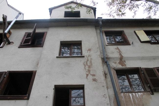 A l'arrière de la maison, la façade reverra ses colombages visibles après les travaux qui veulent mettre en avant le patrimoine de lieu.