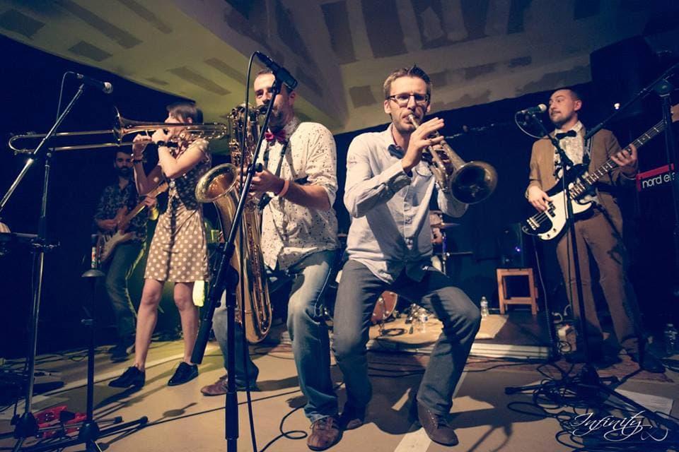 Transats, picon et musique dans la Rue du Cam en juillet