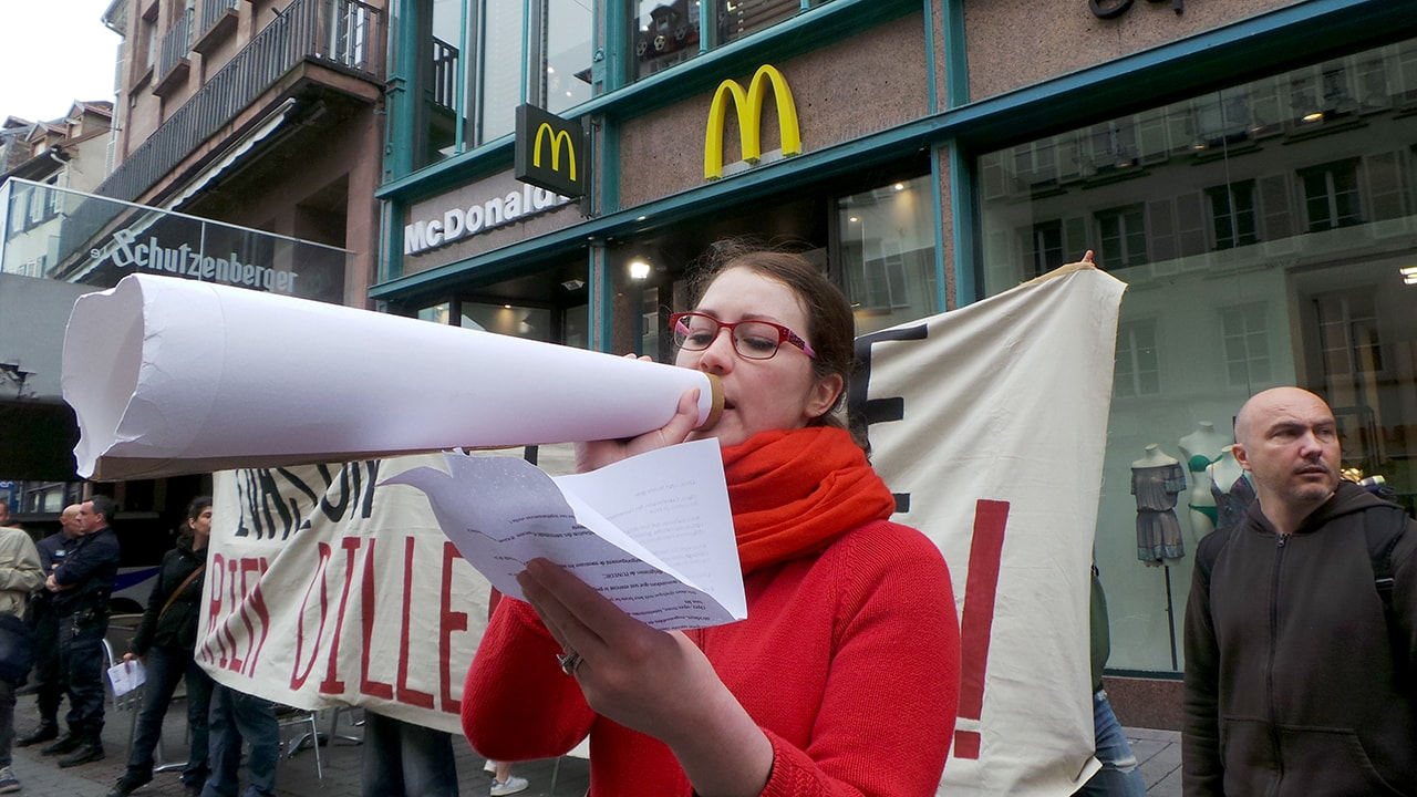 Contre la fraude fiscale, une douzaine d'intermittents devant Apple, Starbucks et McDonald's
