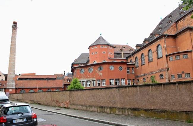L'arrière du bâtiment qui devrait accueillir un bassin extérieur (photo JFG / Rue89 Strasbourg / Flickr /cc)