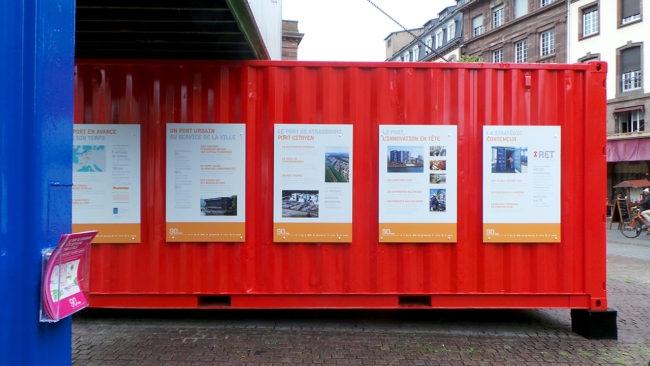 Place Kléber, des affiches accrochées à des conteneurs retracent l'histoire du port autonome de Strasbourg. (photo Auriane Poillet / Rue89 Strasbourg)