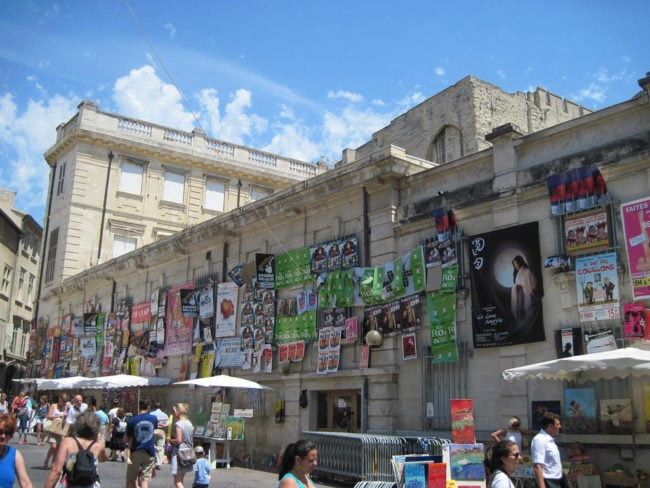 Dans les rues d'Avignon, les affiches du Off (licence-creative-commons-Flickr-Photo Aurelian)