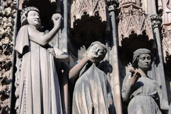 Le Tentateur (muni d'une pomme) et les vierges. Photo: CC / Wikimedia
