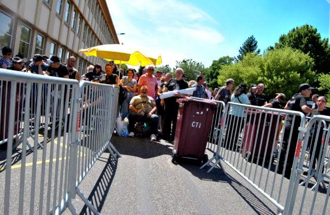 Présents depuis la veille ou l'aurore, les fans de Johnny l'attendent de pied ferme (Photo BB / Rue89 Strasbourg / cc)